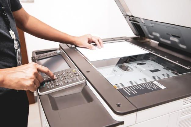 seseorang meggunakan mesi fotocopy dan mengatasi code eror mesin fotocopy Canon IR 3045